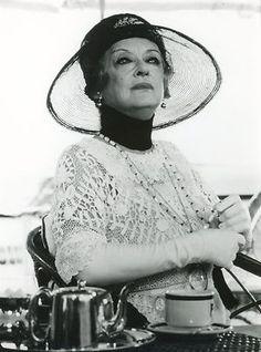 """L'actrice Bette Davis dans le film """"Mort sur le Nil"""" (1978). Une magnifique adaptation du roman. Un chef d'oeuvre !..."""