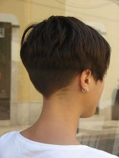 15 Very Short Haircuts for 2019 – Really Cute Short Hair for Women Looks super easy to wear, clean cut, flattering. I see a bit of detailing around the shaved part of her hair – interesting idea, though I don't think I'll be doing that. Very Short Haircuts, Cute Hairstyles For Short Hair, Hairstyles Haircuts, Short Hair Styles, Haircut Short, Pixie Styles, Pixie Haircut For Thick Hair, Haircut Bob, Simple Hairstyles