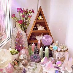 Crystal Altar, Crystal Garden, Crystal Healing Stones, Crystal Room Decor, Crystal Bedroom, Crystals And Gemstones, Stones And Crystals, Crystal Aesthetic, Spiritual Decor