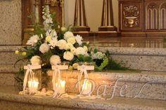 dekoracje ślubne w bieli kościoła - Szukaj w Google Church Flower Arrangements, Floral Arrangements, Table Centerpieces, Table Decorations, Simple Weddings, Ikebana, Candles, Google, Gardening