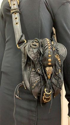 30 Most Hottest Leather Sling Bags These Days – Wlyin Leather Armor, Leather Pouch, Leather Tooling, Leather Totes, Leather Bags, Leather Purses, Leather Carving, Hip Bag, Leather Projects