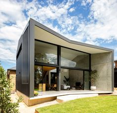 A Black Rear Extension Was Added To A Brick House In Sydney Christopher Polly Architect have recently completed a modern black rear extension to an original yellow brick house in Sydney, Australia. Photography by Brett Boardman Photography Design Balcon, Terrasse Design, Modern Roof Design, The Design Files, Yellow Brick Houses, Butterfly Roof, Casa Patio, Rear Extension, Brick Extension