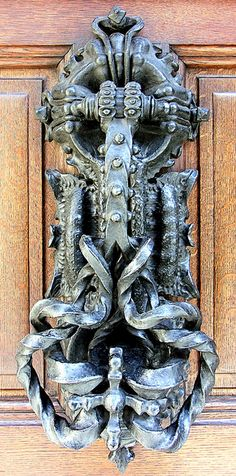 Casa Calvet, Casa Calvet is a building, designed by Antoni Gaudí for a textile manufacturer which served as both a commercial property and a residence. Location: Carrer de Casp Eixample district of Barcelona, Catalonia. Door Knockers Unique, Door Knobs And Knockers, Knobs And Handles, Door Handles, Cool Doors, Unique Doors, Art Nouveau, Art Deco, Porte Cochere