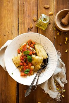 Pâtes au pesto de pistaches et d'amandes, concassé de tomates