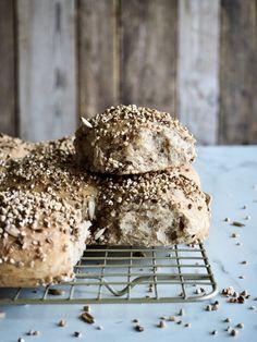 Eltefrie grove speltrundstykker med 5-korns blanding Fritters, Vegan Recipes, Food And Drink, Bread, Cookies, Chocolate, Baking, Desserts, Crack Crackers