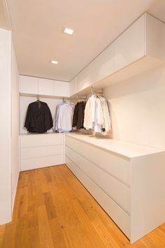 51 The Best Small Wardrobe Ideas For Your Apartment - Home-dsgn Walk In Closet Design, Bedroom Closet Design, Home Room Design, Closet Designs, Home Bedroom, Small Wardrobe, Wardrobe Storage, Bedroom Wardrobe, Wardrobe Closet