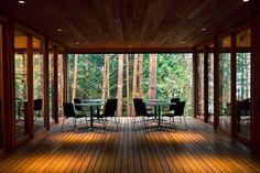 Otevřená terasa vybavená designovými stolky a židlemi je situována na jih a nabízí tak maximální dávku slunečních paprsků a pohled do korun vzrostlých borovic Glamping, Tatami, Design Japonais, Lounge, Luxury Rooms, Welcome Decor, Fuji, Pergola, Houses