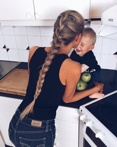 @olgasaroka - Instagram:「Leo likes to be with me in the kitchen but most of all he loves to watch me making food #babies #braid#levi's」