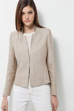 Looks like the waist tapers in to define waist Blazer Outfits, Blazer Fashion, Casual Outfits, Fashion Outfits, Fashion Tips, Fashion Ideas, Sleevless Jacket, Professional Outfits, Cotton Jacket