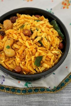 Chiwda namkeen recipe for Diwali festival! This is fried poha chivda recipe made with jada or thick poha, nuts and spice powders. Dry Snacks, Healthy Homemade Snacks, Savory Snacks, Diwali Snacks, Diwali Food, Diwali Craft, Diwali Diy, Indian Appetizers, Appetizer Recipes