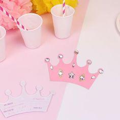 Invitations couronne pour un merveilleux anniversaire de princesse 👸🏼👑😍 Gabarit à télécharger gratuitement sur le blog ! #printable #princesse #invitationcard #invitationanniversaire #princess #diyforkids #birthdayparty #printable #birthdaycard #anniversaireenfant