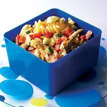 Weight Watchers - Lunchpasta met kip-kerrie – 5pt 200 g Yoghurt, natuur (0% vet) 1 eetlepel(s) Kerriepoeder 250 g Kip, filet, rauw 1 koffielepel(s) Olie, zonnebloem 300 g Pasta (ongevuld), gekookt 1 middelgroot/middelgrote Paprika, alle kleuren, rood 1 klein(e) Augurk, zuur 4 middelgroot/middelgrote Lente-ui 1 hoeveelheid (naar smaak) Peper 1 hoeveelheid (naar smaak) Zout