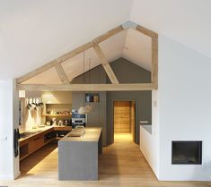 verbouwing interieurontwerp houten spant haard