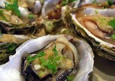 Le ostriche al naturale si preparano con i molluschi posti su un piatto da portata con del ghiaccio tritato a cui uniremo erba cipollina, aceto balsa...