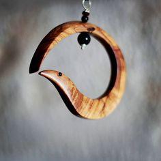 """L'Uroboro (dal Greco """"οὐροβόρος ὄφις"""",serpente che mangia la coda), è un simbolo molto antico, presente in tutti i popoli e in tutte le epoche.  #olive #wood #carver #Ostuni #weareinpuglia #puglia #apulia #serpente #collier #uroboro #handmade #artigianato #artigianale #handicraft #artisan #artisanal #collana #snake #uroboros #woods #woodworking #woodcraft #accessories #accessory #neckwear #accessori #moda #necklace #woodennecklace #lulivochecanta"""