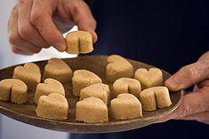 Paçoca! 100 g de amendoim torrado e sem pele com 100 g de açúcar, 50 g de farinha de milho e 50 g de farinha de mandioca (ou use só 100 g de farinha de milho). Deve ficar uma mistura bem fina.