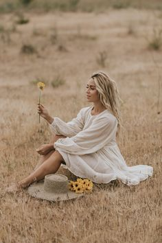 I adore this flowy dress - So romantic & easy to wear! With a big hat & golden jewels, it made for the perfect summer outfit. Poses Photo, Portrait Photography Poses, Photography Poses Women, Portrait Poses, Grunge Photography, Urban Photography, White Photography, Photography Shop, Spring Photography