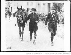 Un prêtre belge en équipement de guerre : [photographie de presse] / [Agence Rol] - 1