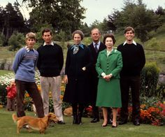 Prince Edward, Prince Charles, Princess Anne, Prince Philip, Queen Elizabeth and Prince Andrew What a nice picture for Queen Elizabeth II and her Royal Family. Prinz Andrew, Prinz Charles, Prinz William, Princesa Anne, Princesa Elizabeth, Prince Philip Queen Elizabeth, Prince Phillip, English Royal Family, British Royal Families