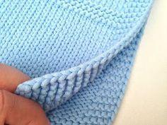 ¡Me encanta Bulky Cotton de Katia!      Es ligero, suave, se teje con agujas de 5 a 5,5 mm con lo que cunde muchísimo, y, a pesar de ser... Baby Booties Knitting Pattern, Knitting Patterns Free, Baby Knitting, Crochet Baby, Knit Crochet, Knitted Baby Blankets, Merino Wool Blanket, Knitting Projects, Crochet Projects