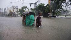Eine nasse Rikschafahrt durch Agartala: starke Regenfälle überfluteten die Straßen der Stadt im Nordosten Indiens. | Bildquelle: AFP