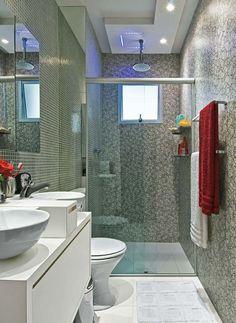 Banheiro para o casal tem mistura revestimentos e sai por 10 x R$ 284
