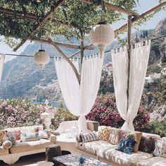 Terrasse ombragée et canapé XXL Outdoor Rooms, Outdoor Living, Outdoor Decor, Outdoor Seating, Outdoor Sheds, Gazebos, Garden Design, Beautiful Places, Beautiful Flowers