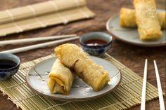 Gli involtini primavera sono un antipasto cinese molto conosciuto e diffuso in Occidente. Si tratta di croccanti involucri di pasta che racchiudono un gustoso ripieno di verdure e carne, insaporite da salsa di soia.