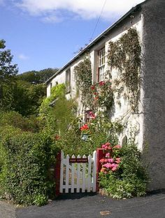 A local cottage (© BPeters / Pictures Of England) Beautiful Gardens, Beautiful Homes, Beautiful Places, Lovely Things, Old Fashioned House, Pictures Of England, Cornish Cottage, Castles In Ireland, British Home