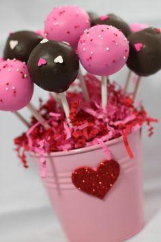 kleiner rosa eimer mit cake pops dekoriert mit herzen und zuckerperlen