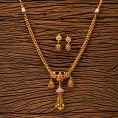 Items similar to Thushi Necklace/ Antique Mala Necklace With Gold Plating/ Indian Necklace/ Indian Jewelry/ Indian long mala/ gold mala/ Necklace with saree on Etsy Jewelry Design Earrings, Gold Earrings Designs, Beaded Jewelry Designs, Gold Jewellery Design, Gold Designs, Necklace Designs, Jewelry Hooks, Mirror Jewelry Armoire, Bead Jewellery
