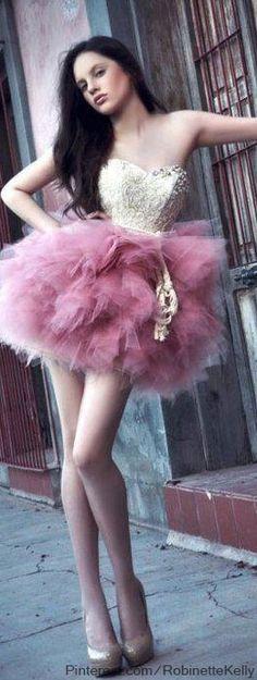 Street fashion senior picture ideas for girls. Street fashion senior pictures. #streetfashionseniorpictures #fashionseniorpictureideas #seniorpictureideasforgirls