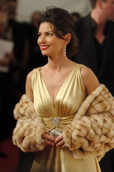 The singer channeled an old Hollywood screen siren in a gold gown paired with a fur stole at the 2005 CMA Awards. Leopard Print Bra, Leopard Print Outfits, Cma Awards, Billboard Music Awards, Country Music Awards, Country Singers, Shania Twain Pictures, Singer One, Gold Gown