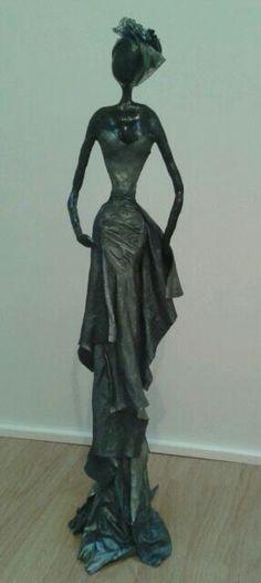 Afrikaanse vrouw. Klei en paverpol 75 cm hoog