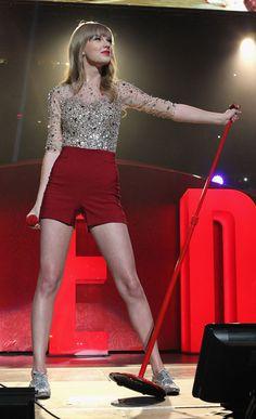 """Taylor Swift cumple 23 años. La artista celebra su cumpleaños con nuevos logros en su carrera profesional y el éxito de su álbum """"Red"""". Sin duda el rojo es el color de la suerte de Taylor, el cual también se ha convertido en su sello de estilo personal."""