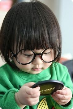 """This little girl is sooo cute. Reminds me of Edna Mode from the animated movie """"The Incredibles"""" Haha!"""