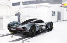 A mi-chemin entre l'Agera RS et la One:1, voici exposée la Koenigsegg Agera One of 1, nouvelle bombe en provenance du froid nordique européen. De quoi mieux se réchauffer. Une Agera qui se rapproche d'une One en gagnant quelques appendices de carrosserie spécifiques ou ligne d'échappement titane et jantes fibre de carbone. Voici en quelques …