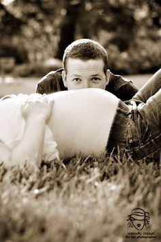 Quem aí tem um marido tímido ou que não tem paciência (talvez a maioria kkk) parafazerumensaio de gestante? É muito comum que os homenstentem fugir desse momento fotos, mas se você quer muito um ensaio tente convencê-lo a pelo menos ir junto no dia! Lá…no lugar…. na hora das fotos… aos pouquinhos…vai...
