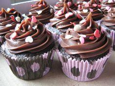 CUPCAKE DE CHOCOLATE FESTEIRO (SUPER FACIL) Quem gostou da um UP!!! http://cakepot.com.br/cupcake-de-chocolate-festeiro-super-facil/