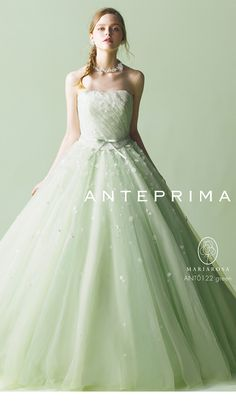 アクア・グラツィエは、すべての花嫁が最高に輝いていたいと願う大切な一日のために、ありのままの美しさをより輝かせる至高の一着をお届けします。