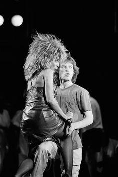 1985, Tina Turner e Mick Jagger si esibiscono insieme a Philadelphia durante il Live Aid Concert, evento passato alla storia: fu organizzato da Bob Geldof dei Boomtown Rats e da Midge Ure degli Ultravox con lo scopo di raccogliere fondi per aiutare le vittime della carestia in Etiopia