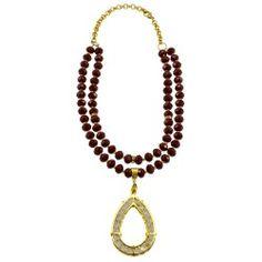 Collar corto doble rojo con dije en bronce bañado en oro Beaded Necklace, Gold Necklace, Jewelry, Fashion, Long Necklaces, Feminine Fashion, Short Necklace, Bead Necklaces, Fashion Necklace