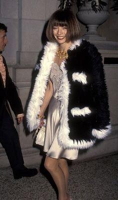Anna Wintour ainda hoje é famosa como editora chefe da revista Vogue Americana, foi no inicio da década de 90, numa tentativa de revitalizar a revista, que Anna foi chamada, o efeito que causou foi imediato, na época era mais comum ver-la sorrindo e ate usando calças Jeans quando a ocasião permitia