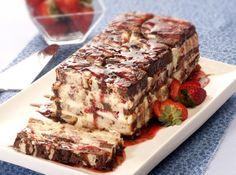 Receita de Pavê de chocolate e morango - pavê em uma forma de bolo inglês forrada com filme plástico, fazendo camadas de creme, bolo, morango (reserve alguns). Alterne as camadas e...