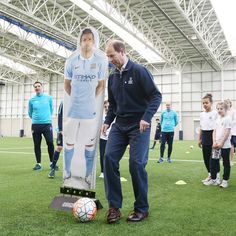 The Earl of Wessex has kicked off ⚽ his tour ofthe UK to meet participants and volunteers involved with The Duke of Edinburgh's Award @DofE, celebrating its 60th year, today visitingManchester City @mcfcofficial, the first Premier League club to be licensed to run the Duke of Edinburgh's Award.  The DofE gives young people a unique opportunity to gain valuable life experience and develop essential skills. 23 of City's young players have achieved their Bronze Award and a further 16 are…