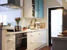 kleine Küche in hellen Farben klever einrichten und gestalten