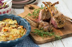 Smørmørt lammekød i denne opskrift med lammekrone og rosmarin kartofler, som passer helt perfekt til den lækre påskemiddag - få opskrift her