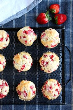 THE perfect summertime muffin. Pockets of juicy fresh strawberries, in a buttery, shortcake style muffin. And only 6 easy ingredients. Sounds delicious, right? Strawberry Shortcake Muffins Recipe, Strawberry Recipes, Strawberry Art, Donut Muffins, Köstliche Desserts, Dessert Recipes, Alcoholic Desserts, Yummy Recipes, Gastronomia