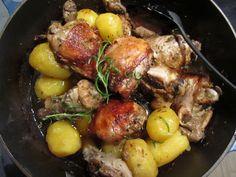 """Tässä helppo ja herkullinen """"yhden astian"""" ruoka, joka valmistuu suunnilleen itsekseen uunissa. Kreikkalainen kana tuli tutuksi monta vuotta sitten tehdyllä lomamatkalla. Söimme sitä ra…"""