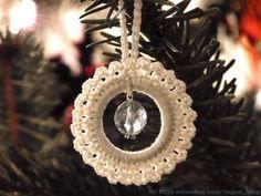 """Das nachweihnachtliche Weihnachtsbasteln wird so langsam zur Tradition: über Weihnachten richtig viel Ideen und Energie sammeln und dann nach den Feiertagen loslegen. Wie man meinen Fingern auf den Fotos ansieht, gabs auch ein paar """"farbige"""" Dinge zu erledingen, die kommen aber erst später…  Hier das erste Ergebnis: Häkelsternanhänger mit Glasschliffperlen für den Weihnachtsbaum, nach …"""